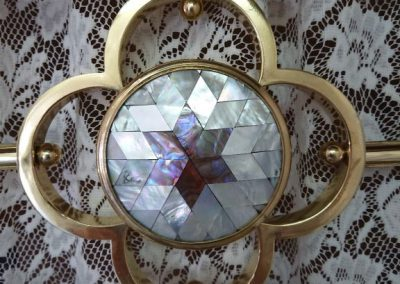 Mother of Pearl centre medallion feature